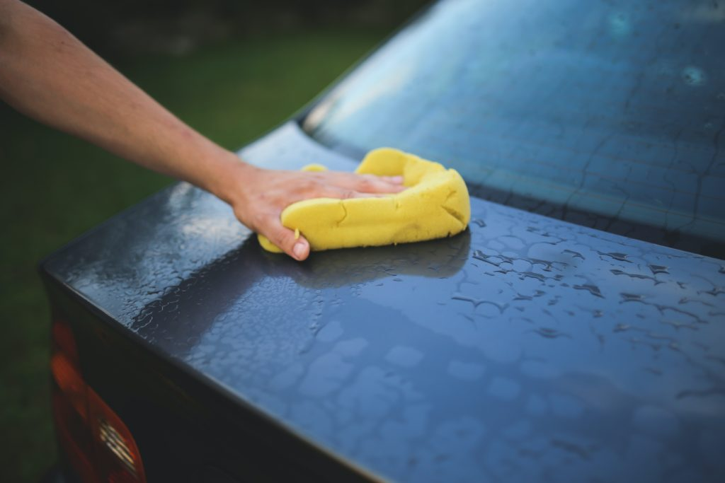 washing a car with a sponge 6003
